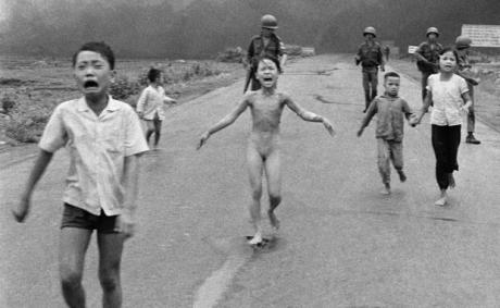 Crianças vietnamitas correm assustas do vilarejo onde moram, após sofrerem ferimentos de explosivo napalm. Ao centro, Kim Phuca, de 9 anos, teve parte do corpo queimado