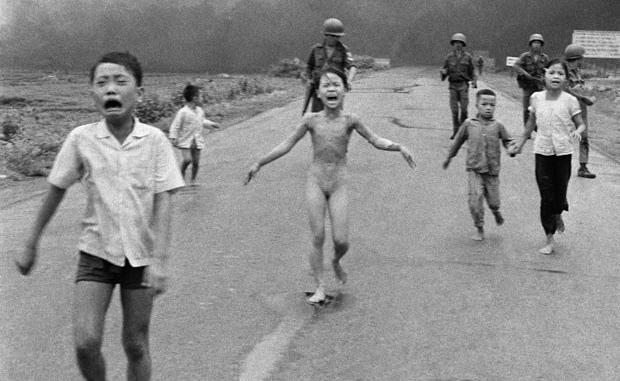 Crianças vietnamitas correm assustadas do vilarejo onde moram após sofrerem ferimentos de explosivo Napalm. Ao centro, Kim Phuca, de 9 anos, teve parte do corpo queimado