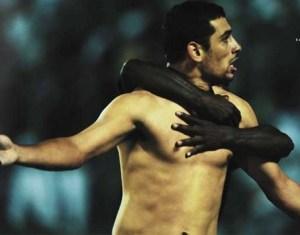 Diego Souza recebe abraço de Carlos Tenório,  após marcar gol da vitória do Vasco sobre o Corinthians, no Pacaembu, em São Paulo