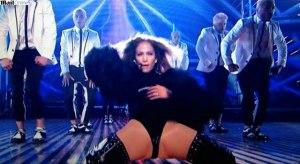 Jennifer Lopez em posição ousada no seu show