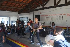 06 - Integrantes da banda durante a música ''Verminose''