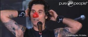Dinho Ouro Preto coloca nariz de palhaço como forma de protesto