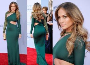 A cantora e atriz Jennifer Lopez desfila no tapete vermelho usando  look sensual que acentua suas curvas.