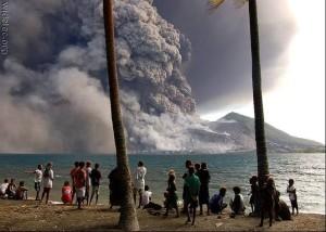 Fumaça do vulcão Ontak é observada pelos moradores da ilha do Lago, na Costa Rica