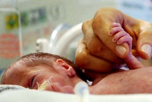 Doação: bebê nasce com menos de 28 semanas e necessita de doação de sangue para continuar vivendo. Ela está internada na Maternidade Escola Assis Chateaubriand.