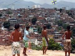 Crianças se arriscam brincando no alto do morro da Babilônia