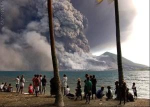vulcão na China entrou em erupção causando grandes conflitos para as pessoas, e trazendo uma fumaça assustadora.