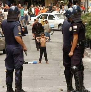 Violência no Rio de Janeiro deixa garoto enfurecido e policiais se sensibiliza com a atitude do menino