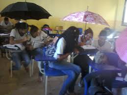 Alunos enfrentam goteiras e usam guarda chuvas em sala de aulas