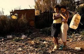 Lucas e Luana no local onde era sua casa que foi destruída pela inchente