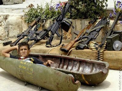 Criança brinca com armamentos pesados