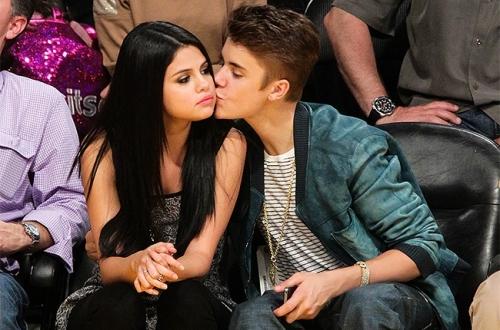 """Justin Bieber e Selena Gomez namoraram entre 2010 e 2013. Segundo a revista americana """"Star Magazine"""" o motivo do rompimento foi a traição do namorado"""