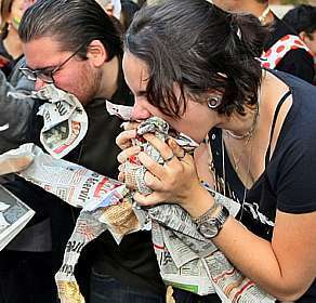 Estudantes da Faculdade Cearense (FaC) mastigam jornais em protesto contra professores do curso de jornalismo.