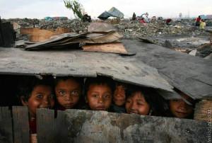Crianças paquistanesas brincam entrem os escombros em território de guerra no Waziristão.