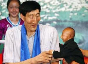Mario o maior homem do mundo com 3m encontra com Shan o menor homem do mundo com 1,10m em evento beneficente na China na ultima terça (10).