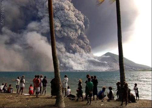 Moradores da ilha Fiji observam o vulcão que entra em erupção