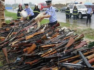 Armas apreendidas em ação da PM do Rio Grande do Sul: incineração contra o crime