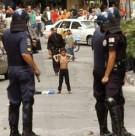 Garoto desafia policia nas ruas da Rocinha, no Rio de Janeiro: moradores acompanham de longe