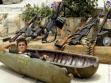 Na Síria, menino de 10 anos de idade posa com armamentos pesados: o retrato da vida real que o mundo não quer enxergar