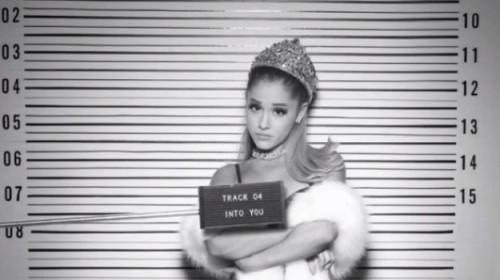 Imagem liberada por Ariana Grande em redes sociais para promover seu novo disco