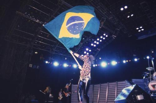 Klaus-Meine-vocalista-do-Scorpions-com-a-bandeira-do-Brasil