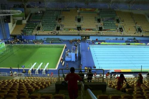À esquerda, piscina da prova dos saltos ornamentais, com águas esverdeadas, ao lado da piscina das competições de polo aquático no Parque Maria LenkReuters/Antonio Bronic/Direitos Reservados FONTE: Agencia Brasil