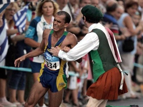 29-08-vanderlei-cordeiro-de-lima-maratonista-atacado-atenas-olimpiada-padre-irlandes-hoje-na-historia-history-channel.jpg