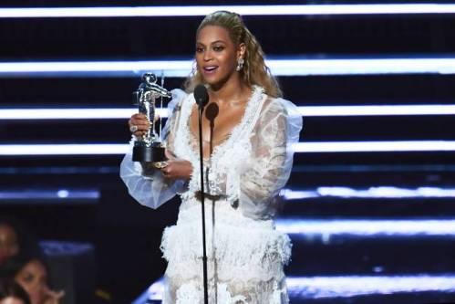 Beyoncé recebendo um dos prêmios do VMA 2016