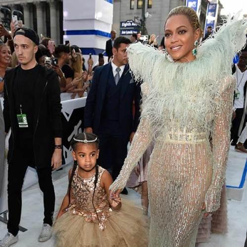Beyoncé e sua filha durante a cerimônia de premiação do VMA 2016
