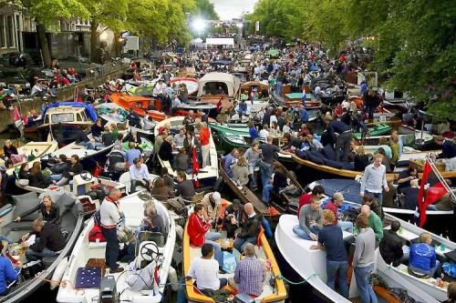 O feriado Venice Marathon, que acontece em Veneza na Itália, tem como tradição reunir as famílias em barcos. Onde elas apreciam o dia e ficam até o pôr do sol.