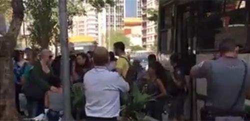 29ago2017---passageiros-aguardam-a-policia-do-lado-de-fora-do-onibus-na-avenida-paulista-1504120400963_615x300
