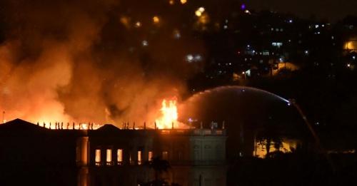 2set2018---bombeiros-combatem-incendio-de-grandes-proporcoes-atingiu-o-museu-nacional-no-rio-de-janeiro-na-noite-deste-domingo-2-1535933051832_956x500