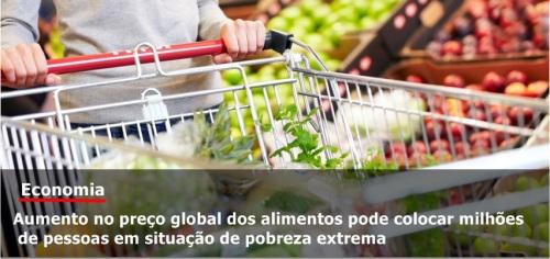 mulher-carregando-carrinho-de-supermercado-com-alimentos-saudaveis